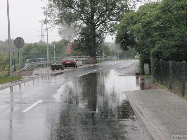 Na nowo wybudowanej ul Zabobrze, po opadach deszczu, woda zalewa podjazdy i rozlewa się w olbrzymie kałuże
