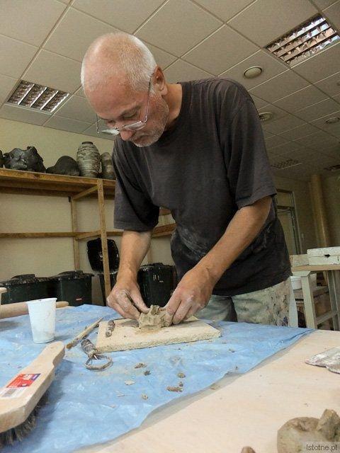 Volker Lenkeit odkrył dla siebie nowy materiał - glinę, której sam dotyk sprawia już mocną przyjemność