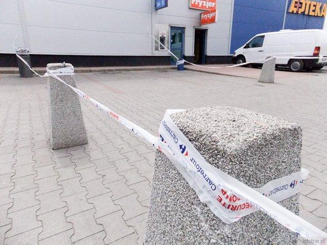 Przed Carrefourem ogrodzono fragment parkingu, pod którym biegnie tunel