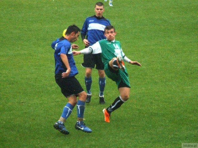 Łukasz Filipiak walczy o piłkę