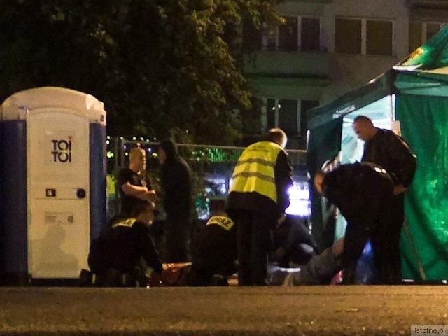 Strażacy udzielają pomocy widzowi koncertu, którego wcześniej sprzed sceny wyprowadziła ochrona