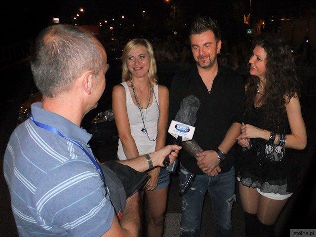 Zespół Sumptuastic udziela wywiadu Bogdanowi Mazurkiewiczowi z telewizji Azart-Sat