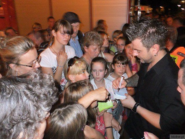 Andrzej rozdaje autografy