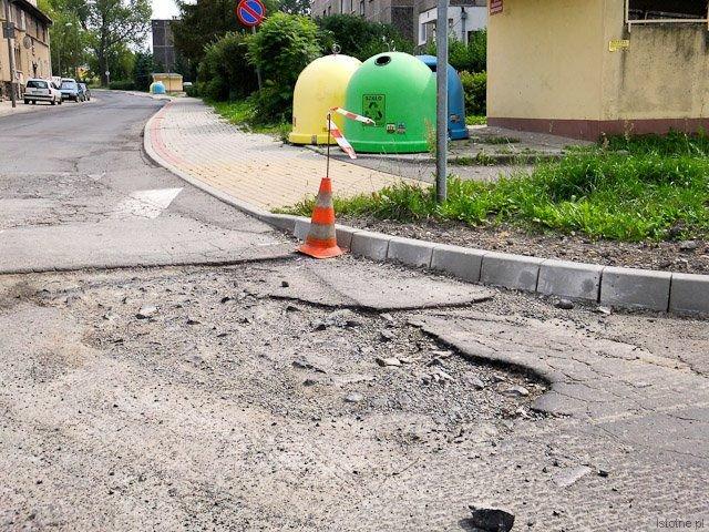 To wjazd w ulicę Gałczyńskiego. Według wicestarosty Chwojnickiego, jest to zgodne z planem.