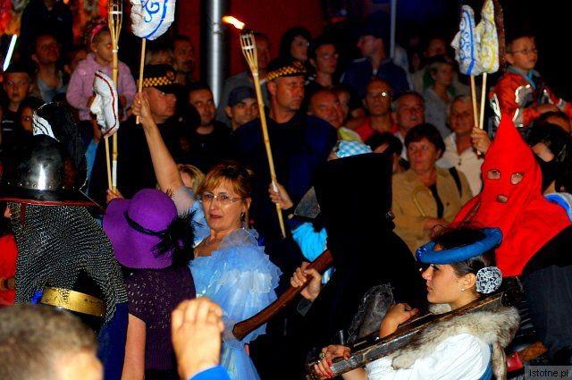 """W paradzie """"Morze masek"""" wzięli udział pracownicy starostwa, by promować Teatr Miejski"""