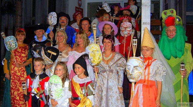 W paradzie wzięły udział dzieci uczestniczące w letnich warsztatach teatralnych w MDK