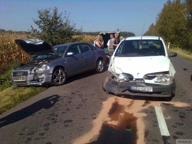 Renault wyprzedzał ciężarówkę z mlekiem i wjechał wprost pod Audi.