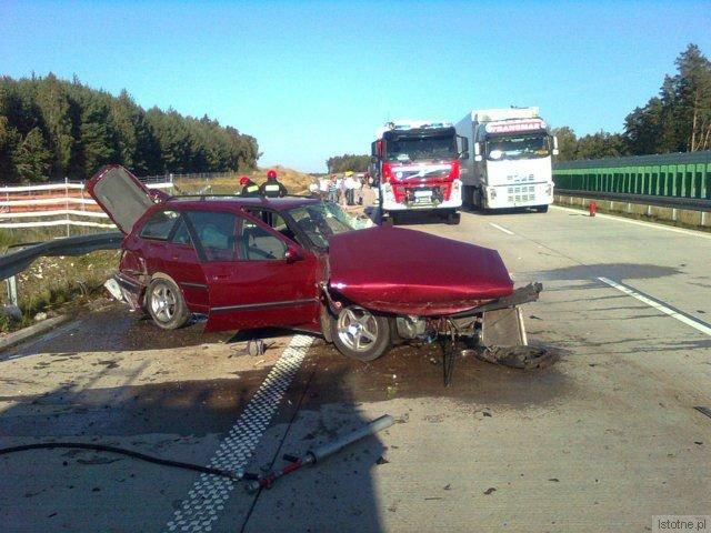 Samochód uderzył w barierkę. Ranny został kierowca.