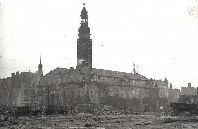 Prace porządkowe w południowo-zachodniej części Rynku, ok. 1948 r.