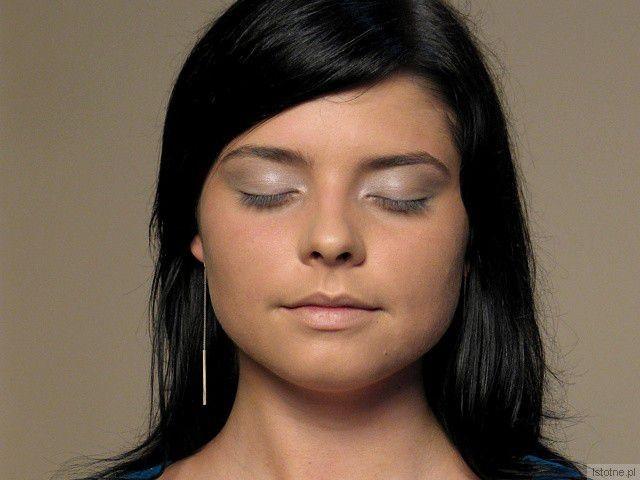 Oczy malujemy szaro-srebrnym cieniem. Ma to być baza na całe powieki. z-index: 0