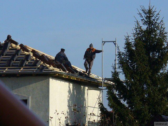 Niczym nie zabezpieczeni pracownicy pracują na wysokości ponad ośmiu metrów