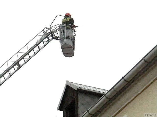 Strażacy polewali dach wodą, by zmniejszyć jego temperaturę