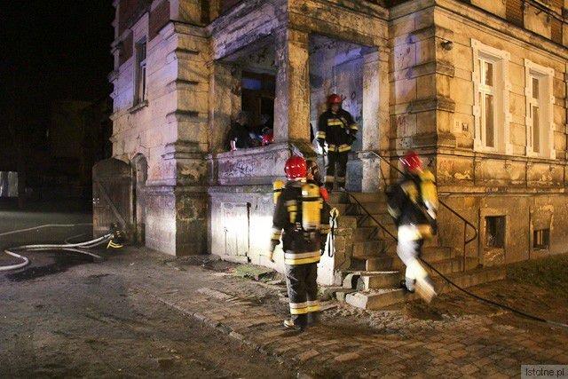Strażacy w maskach gazowych przeszukiwali całą kamienicę