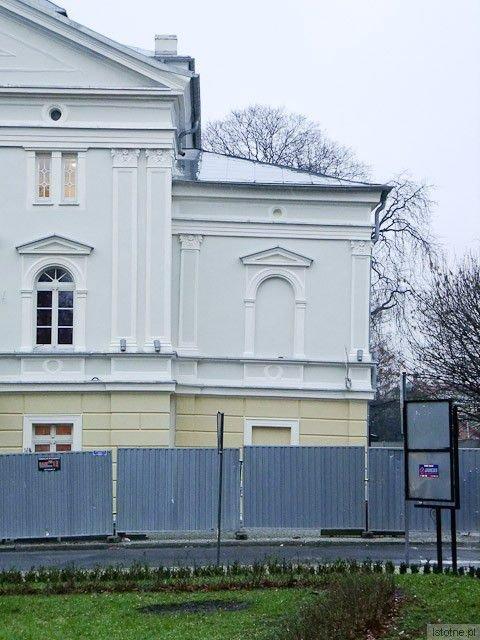 Krzywa część budynku bolesławieckiego teatru