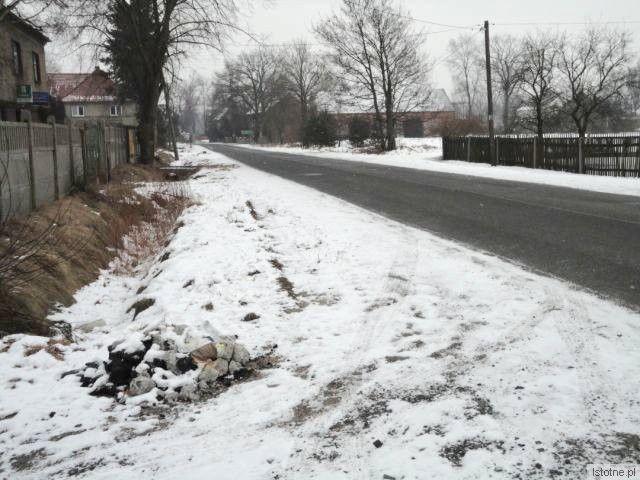 Ulica Słowackiego w Nowogrodźcu nie ma chodnika, jego budowa uzależniona jest od uzgodnień Starostwa i gminy Nowogrodziec