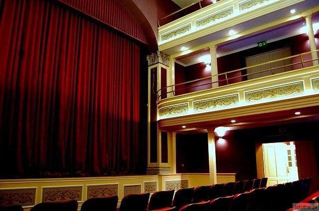 Nie można pominąć doniosłego dla miejskiej kultury faktu otwarcia Teatru Starego. Teatr dobrze w mieście funkcjonuje, powoli zdobywa własną publiczność, zainteresowaną ciekawym repertuarem
