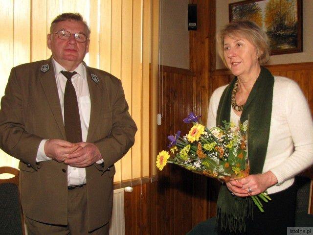 Wiesława Olczyk i nadleśniczy Władysław Nowak
