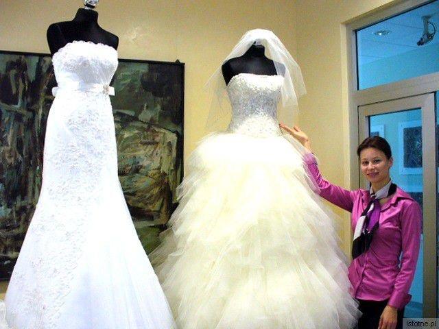 """Małgorzata Jaworska (salon Alicja"""" Chojnów) prezentuje tiulowa suknię Taffi."""