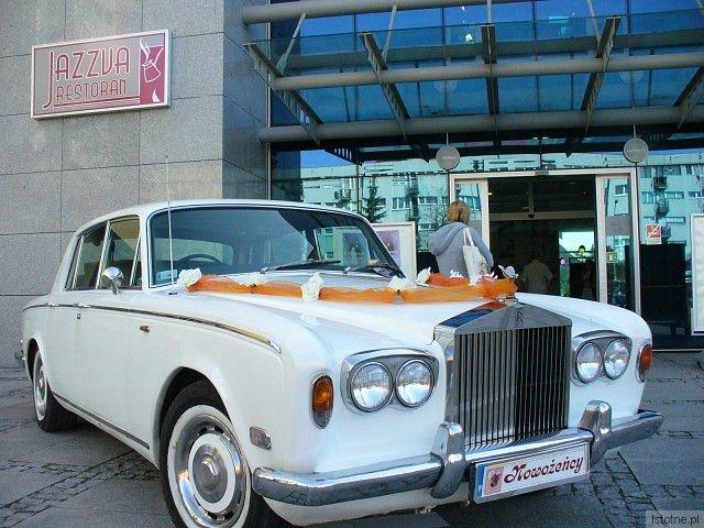 Firma Lux-Trans z Bolesławca ma do zaoferowania dwa rolls-Royce'y : biały Silver Shadow z 1975 roku oraz czerwony Silver Spirit z 1982 roku