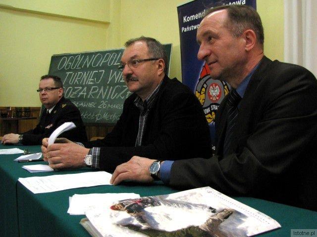 Wiceszef Komendy Powiatowej PSP w Bolesławcu Robert Brzeziński, starosta Cezary Przybylski i dyrektor ZSM Adam Maksymczyk