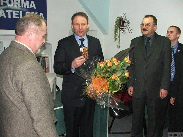 Kasprzyka (pierwszy z prawej) nigdy nie dopuszczono do pierwszego szeregu, mimo tego, że dobrze służył partii (jest radnym miejskim, był znaczącym działaczem Stowarzyszenia Młodych Demokratów i kandydował z list PO do Parlamentu Europejskiego)