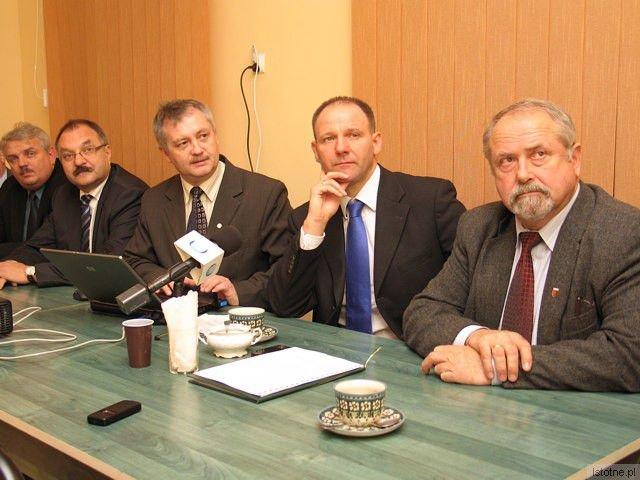 """Czy """"wąsacze"""" z bolesławieckiej Platformy chcą pozbyć się młodych wilków?"""