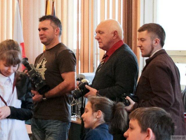 Krzysztof Krzemiński (pierwszy od prawej) pisał na portalu, dopóki nie dostał po wyborach w 2010 roku płatnej posady w Starostwie. Sympatyzuje z Bolcem i możliwe, że podsyła im teksty na temat sukcesów Starosty, które później publikowane są jako redakcyjne