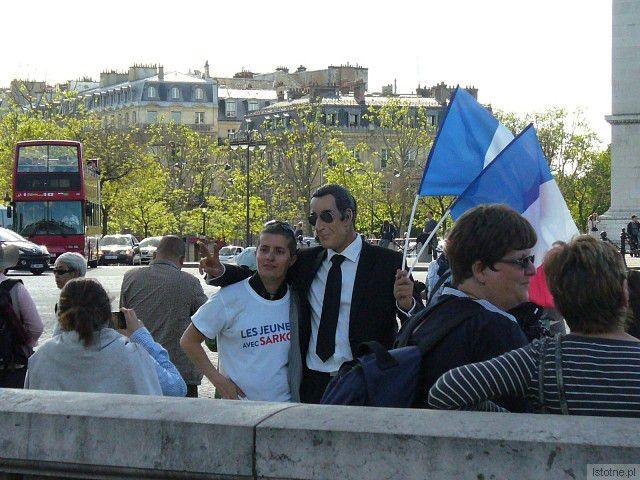 """Film """"Minister"""" wyświetlany będzie w Forum w czasie wyborów prezydenckich we Francji. Na zdjęciu demonstranci popierający Nicolasa Sarkozy'ego na pierwszomajowej demonstracji w Paryżu"""