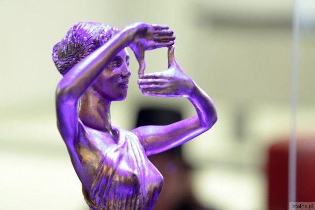 Rada Polskiego Instytutu Sztuki Filmowej (PISF) uhonorowała w 2012 roku nasz DKF, uznając go za najlepszy w Polsce.Pozyskanie stałego odbiorcy ambitnego kina to sztuka. Udaje się ona jedynie w dużych, akademickich miastach i… w Bolesławcu.