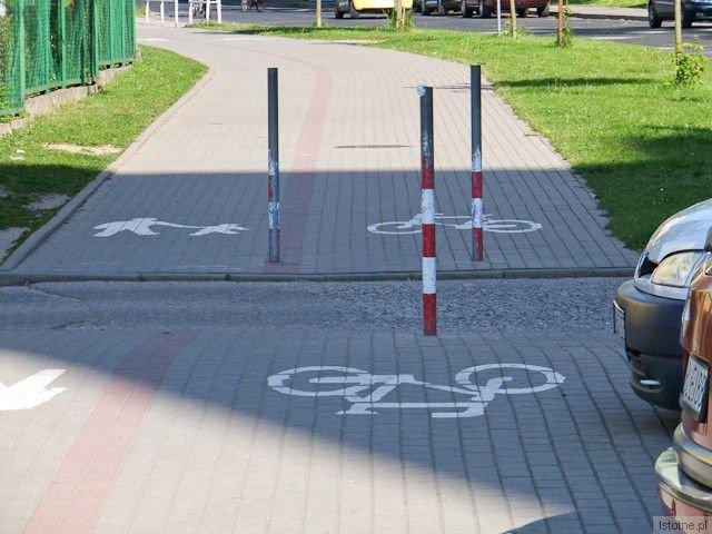 Słupki na ścieżce rowerowej przy miejskiej ulicy Jana Pawła II