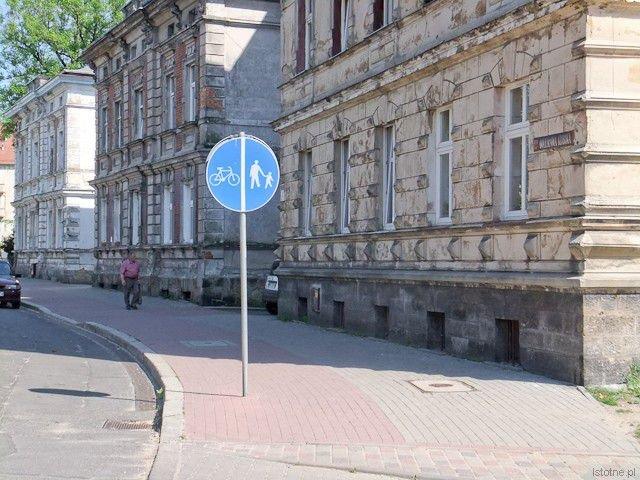Znak drogowy na ścieżce przy powiatowej ulicy Kubika