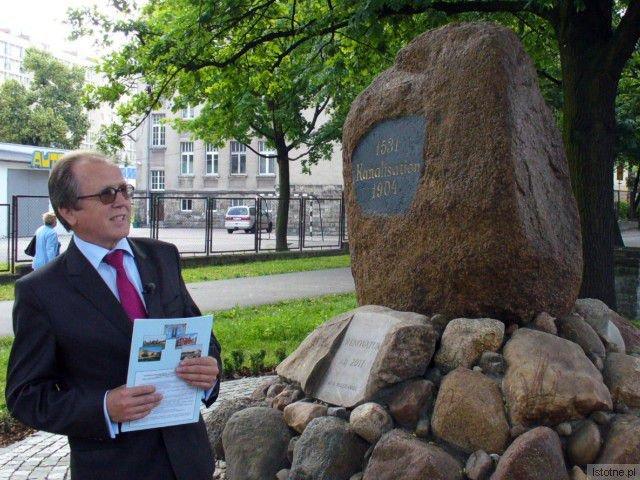 O historii bolesławieckiej kanalizacji przypomina pamiątkowy kamień z tabliczką i wyrytymi datami. Pomnik został gruntownie odremontowany przez Spółkę PWiK, która dba o tradycję i jakość bolesławieckiej wody.