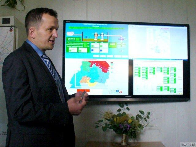 Dyrektor ds. Technicznych Grzegorz Kozłowski prezentuje nowoczesny system monitoringu sieci kanalizacyjnej