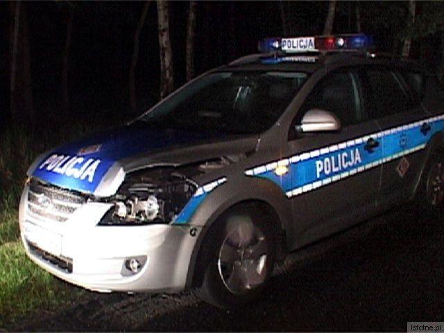 Uszkodzony radiowóz, którym policjanci ścigali kierowcę Nissana