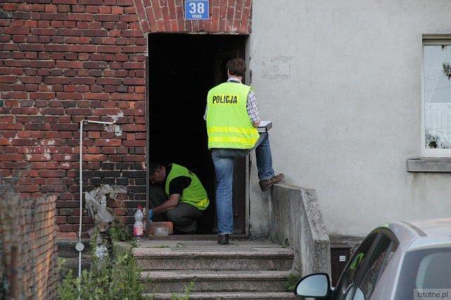 Policjanci zabezpieczają ślady na miejscu zdarzenia
