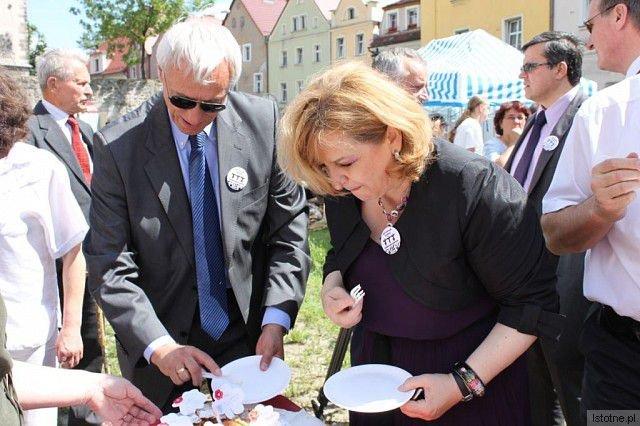 Ambasador Republiki Serbii Radojko Bogojević (po lewej) i Ambasador Bośni i Hercegowiny Koviljka Špirić próbują pitę
