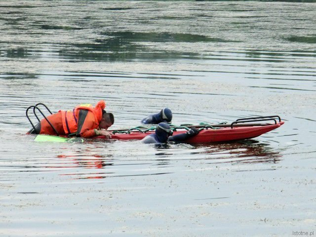 Ratownicy przeszukujący wodę