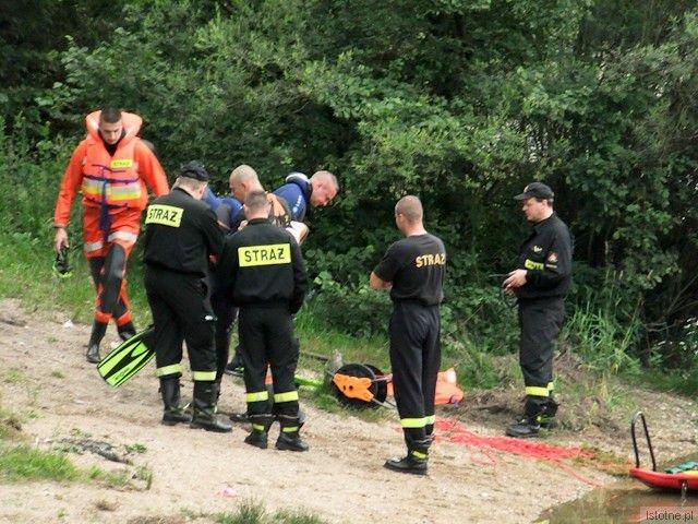 Strażacy i ratownicy WOPR przygotowujący się do akcji poszukiwawczej