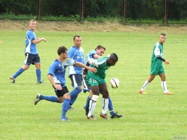 Przy piłce jeden z testowanych przez BKS piłkarzy - Emmanuel Ohagwu