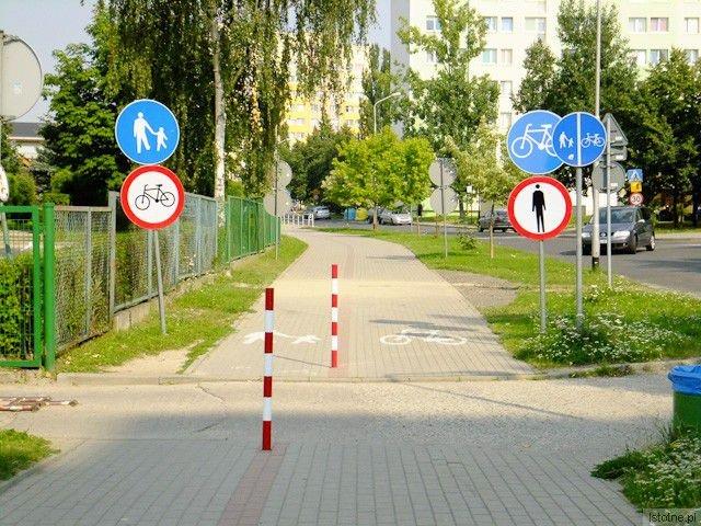 Pięć znaków, do tego oznakowania namalowane na chodniku. Nie sposób się pomylić.