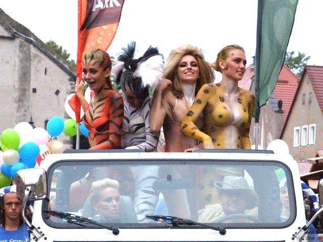 Modelki galerii City Center podczas parady pozdrawiały bolesławian nieco drapieżnie