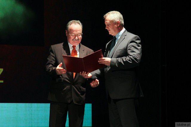Jacek Jurkiewicz otrzymuje nagrodę Dolnośląskiego Kuratora Oświaty z rąk Dariusza Kwaśniewskiego z-index: 0