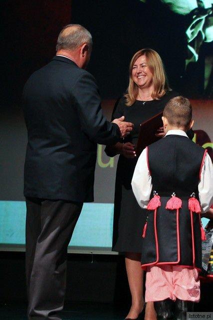 Laura Słocka-Przydróżna otrzymała nagrodę od Ministra Edukacji Narodowej (na zdjęciu wręcza ją Karol Stasik)