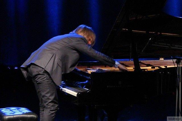 Leszek Możdżer zmieniający barwę dźwięku fortepianu