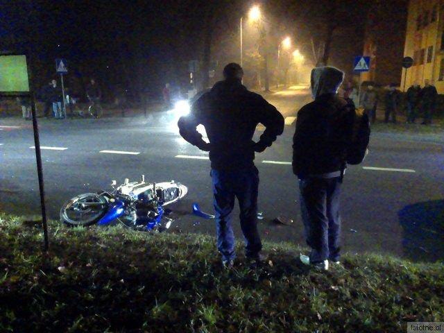 Młody motocyklista, pierwszy od lewej