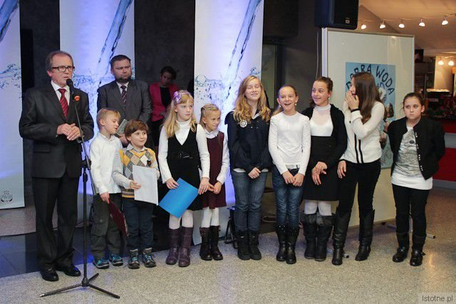 Reprezentanci zwycięzkich zespołów z Prywatnej Szkoły Oxpress, II Prywatnego Gimnazjum oraz ze Szkoły Podstawowej nr 4