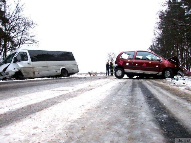 Do zderzenia doszło na oblodzonej drodze