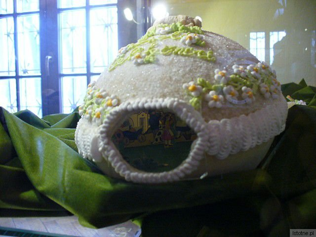 Cukrowe jajko wielkanocne z Czech z umieszczonymi wewnątrz figurkami ludzi, zwierząt i domów