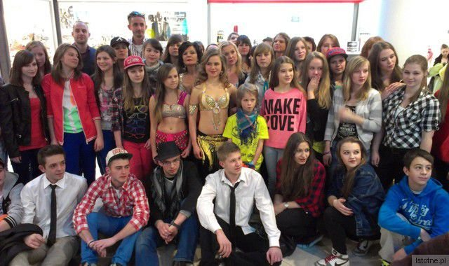 Uczestnicy flashmob w Bolesławiec City Center