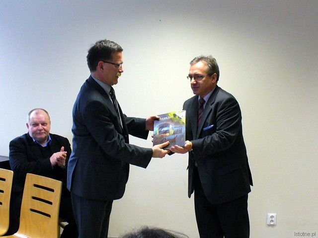 Prezydent Piotr Roman wręcza Rocznik Bolesławiecki dyrektorowi Domu Pomocy Społecznej Bogusławowi Szeffsowi (po lewej)